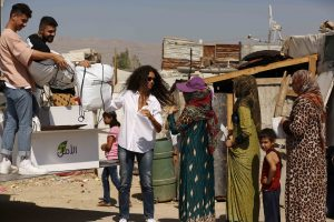 mbc4-mbc-masr2-prme-s1-episode-4-afef-mohannad-distributing-the-coats-at-the-syrian-refugee-camp-1
